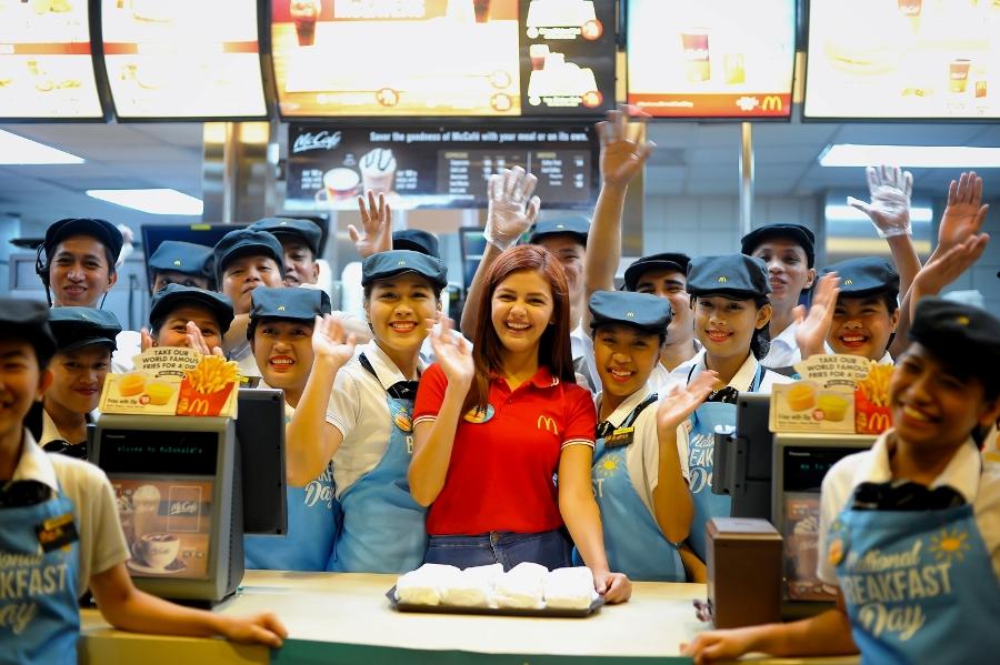 Janine Gutierrezwith the crew of McDonald's Granada in Quezon City