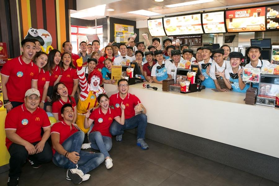 TV5 talents Alwyn Uytingco, Vin Abrenica, and Shaira Mae Dela Cruz with the McDonald's Reliance crew